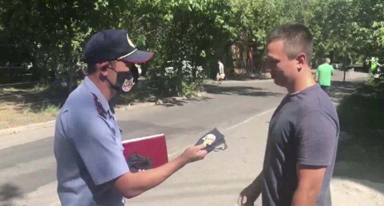 Алматинские полицейские раздают горожанам маски
