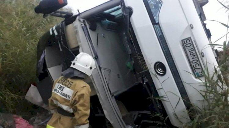 Ехавший из Алматы автобус перевернулся в Туркестанской области
