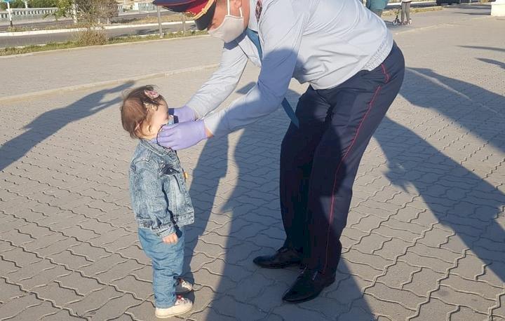 Медицинские маски раздают алматинцам полицейские