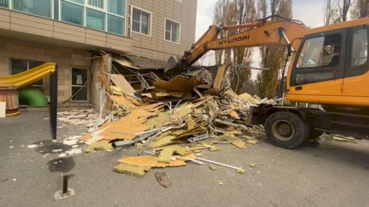 После жалоб горожан незаконную пристройку снесли в Алматы