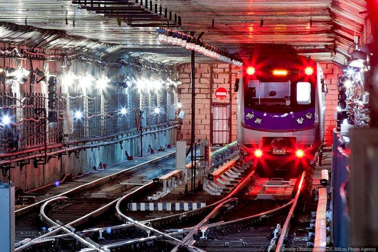 Неизвестный прокатился в алматинском метро, зацепившись за вагон