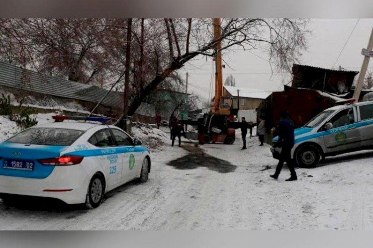 Перевернувшийся мини-погрузчик насмерть придавил водителя в Алматы