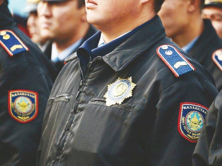 Стражи порядка проверяют торговые точки, где продают полицейскую форму в Алматы