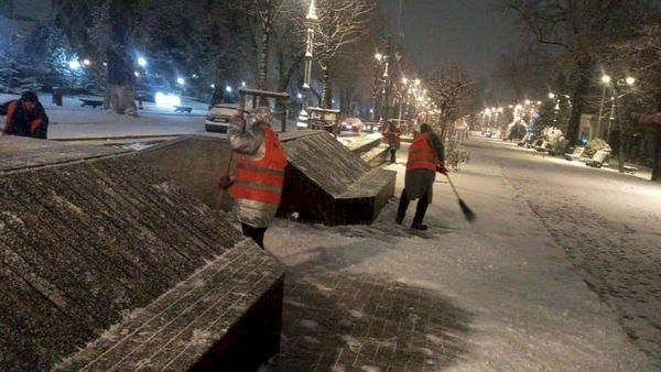 В Алматы организовано дежурство по уборке снега