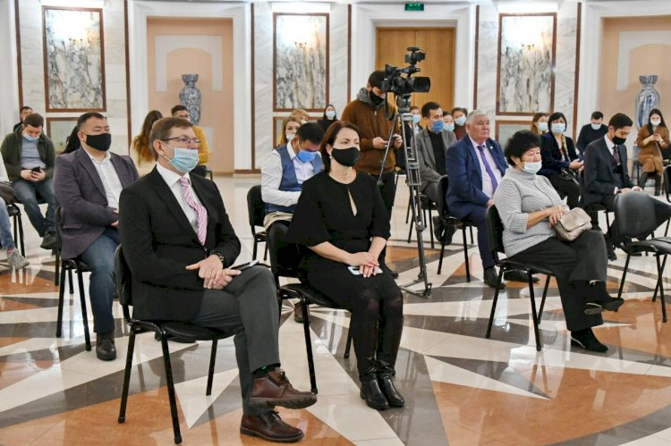 Ержан Бабакумаров наградил представителей СМИ