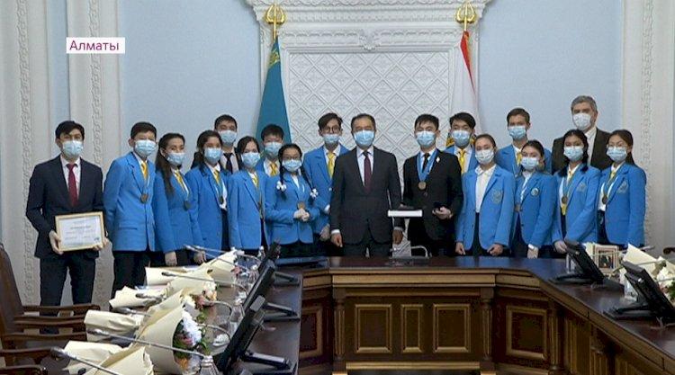 Лучших школьников и студентов Алматы наградили медалью Елбасы