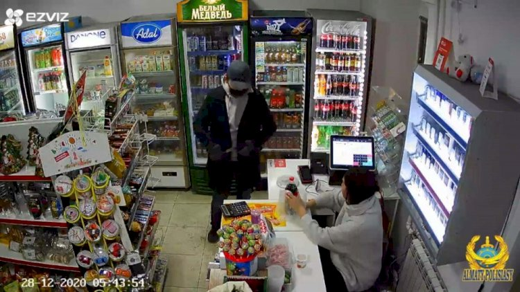 Иностранец с ножом ограбил два магазина в Алматы