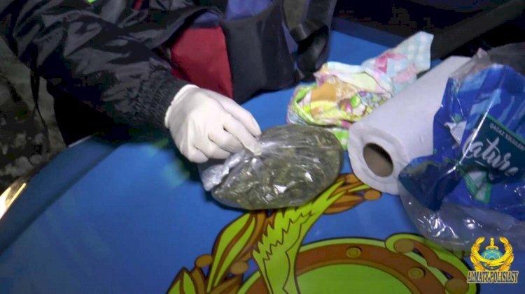 Рюкзак с марихуаной пытался провезти в такси мужчина в Алматы