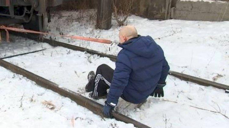 Алматинец пополнил Книгу рекордов Казахстана, протащив зубами 26-тонный вагон