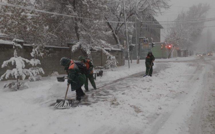Порядка двух тысяч дорожных рабочих очищают от снега улицы Алматы