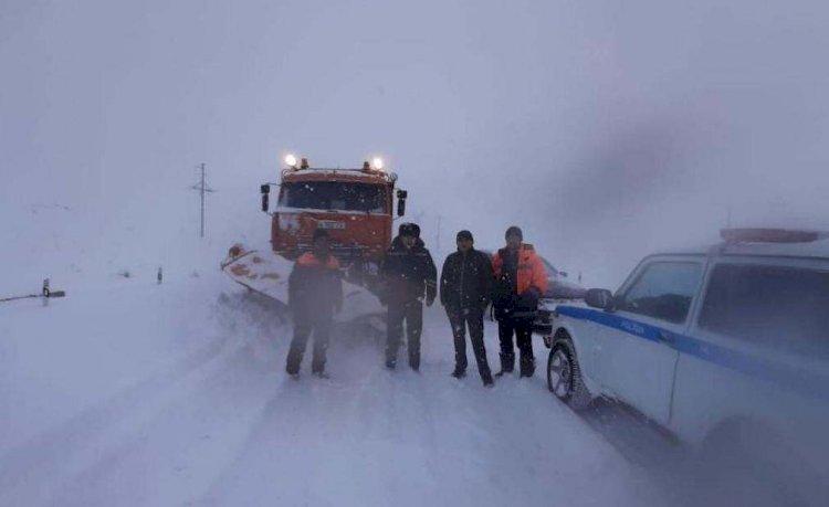 Десятки машин застряли в снегу на перевале в Алматинской области