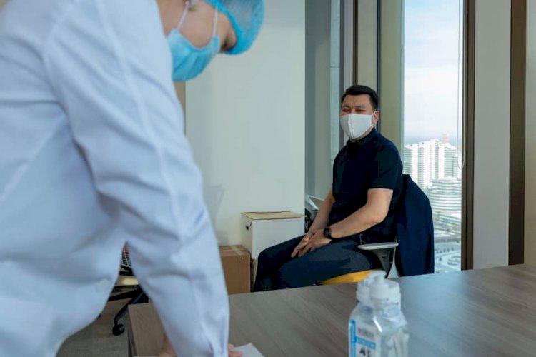 Ерлан Карин получил вторую дозу казахстанской вакцины от COVID