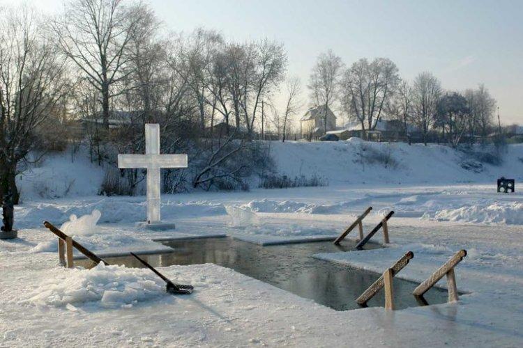 МЧС напомнило правила безопасности при купании в Крещение