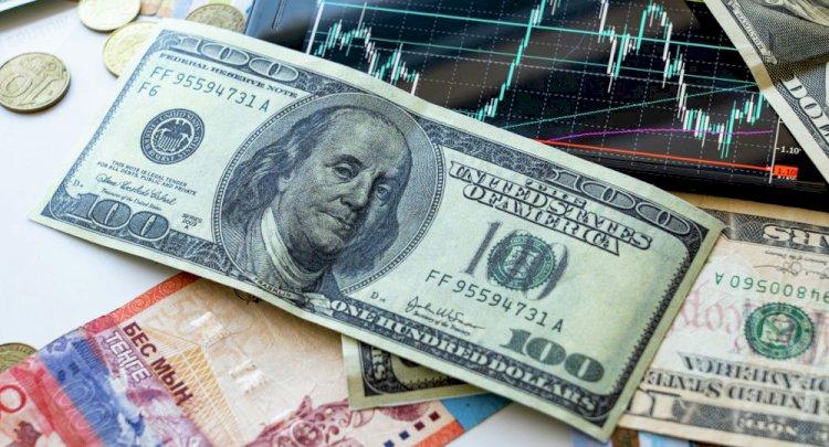 Почему тенге продолжает слабеть по отношению к доллару