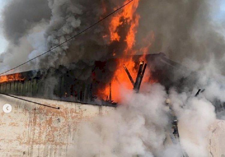 За 30 минут потушен крупный пожар на складе в Алматы