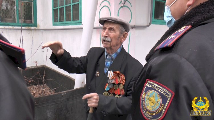 Алматинские полицейские помогли ветерану ВОВ с разгрузкой угля