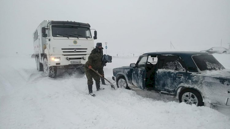 Более 60 казахстанцев вызволили из снежных заносов в выходные дни