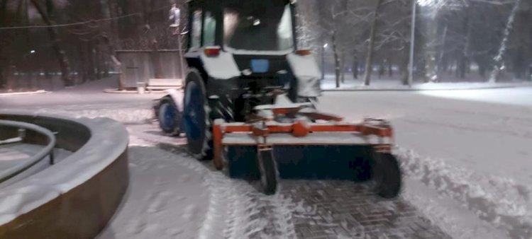 Более 550 единиц техники и почти 2000 дорожных рабочих очищают от снега Алматы