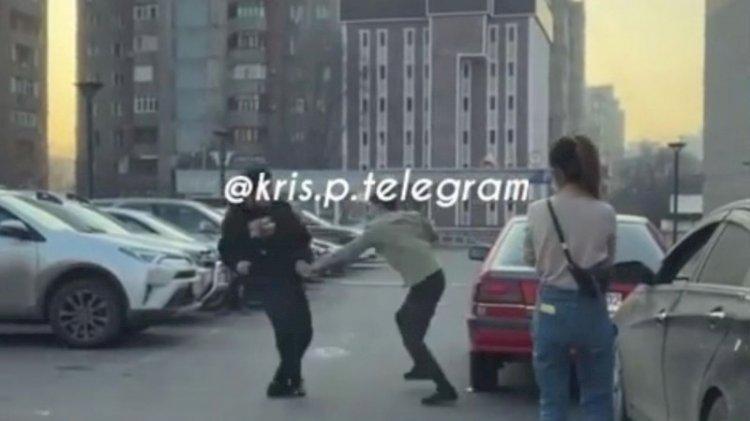Драка мужчин с ножом на парковке в Алматы попала на видео