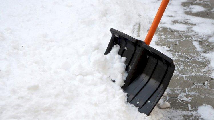 В Алматы волонтеры помогают пожилым людям в уборке снега