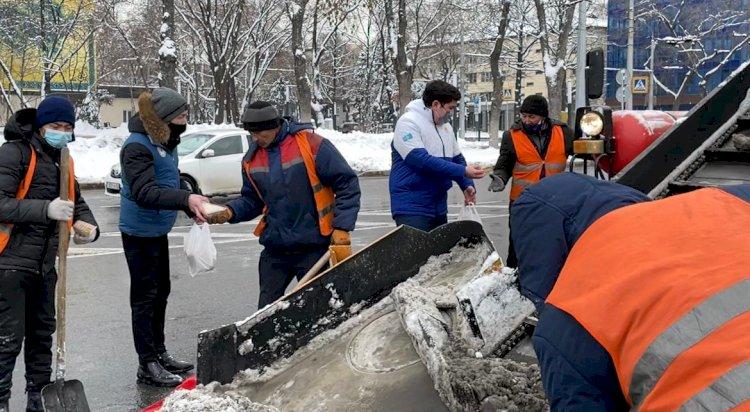 Как волонтеры Алматы помогают очищать город от снега