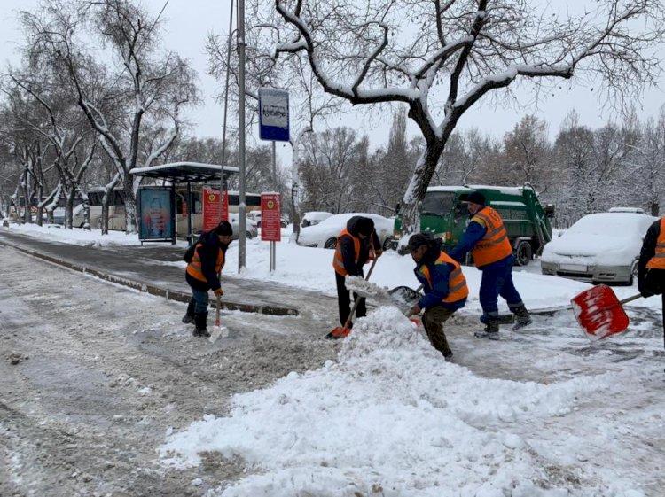 Работы по устранению последствий снегопада продолжаются в Алматы