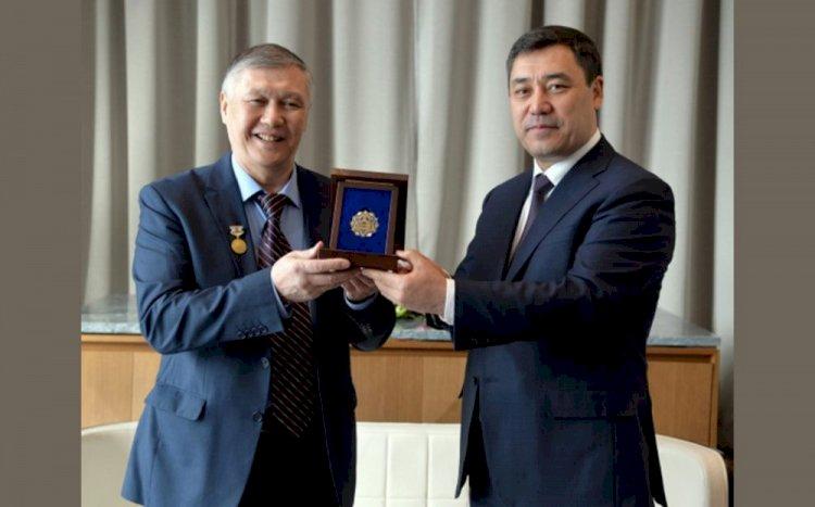 Президент Кыргызстана наградил единственного манасчи Казахстана орденом «Достук»