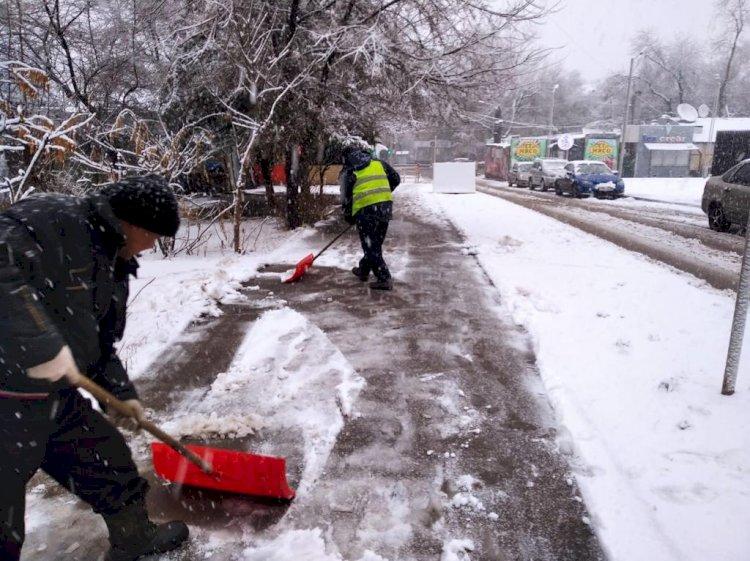 Почти полторы тысячи рабочих задействованы в уборке снега в Алматы