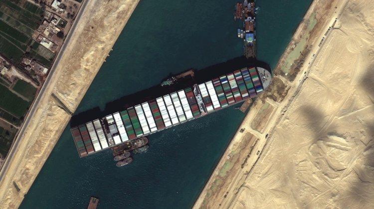Провалом окончилась попытка снять с мели танкер в Суэцком канале
