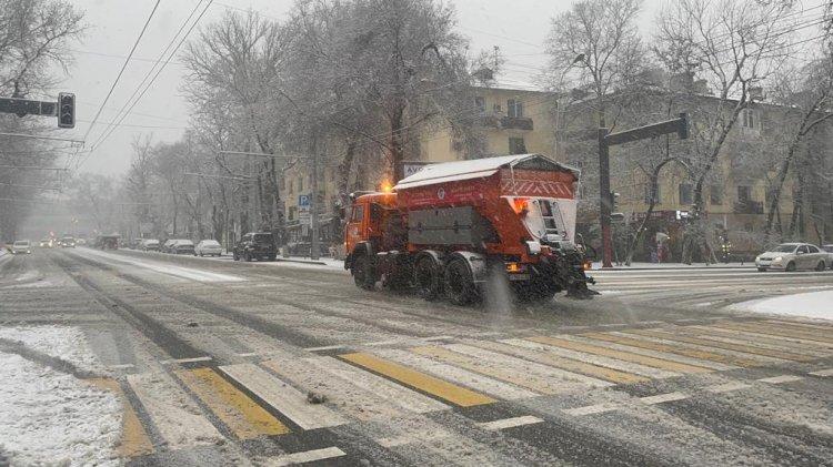 Как дорожные службы борются с последствиями снегопада в Алматы