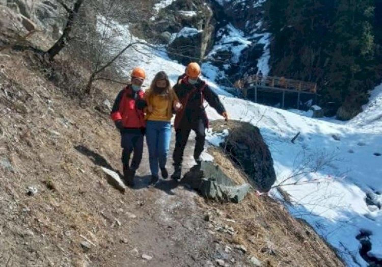 Девушку, испытавшую приступ горной болезни, спасли в горах Алматы