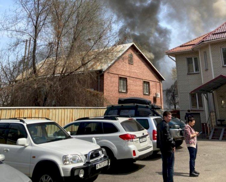 В Алматы потушили пожар в жилом доме
