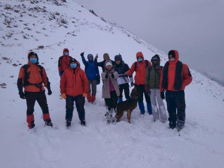 Шестеро туристов застряли из-за непогоды на пике Шымбулак
