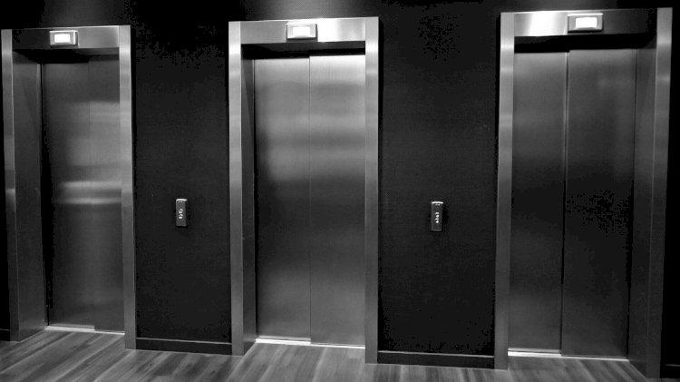 Мужчина из лифта объяснил свое поведение вестью о смерти друга