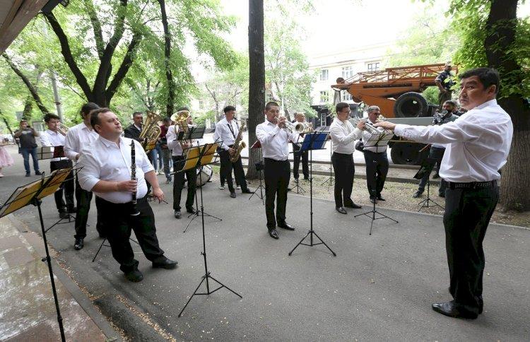 Под балконами ветеранов Медеуского района Алматы выступил оркестр