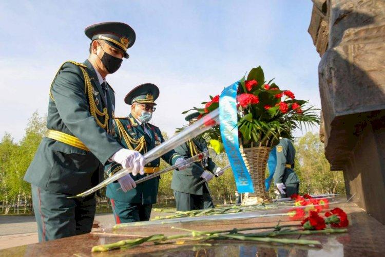 В городах РК прошла церемония возложения цветов к Вечному огню