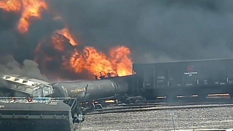 Поезд с соляной кислотой сошел с рельсов в США