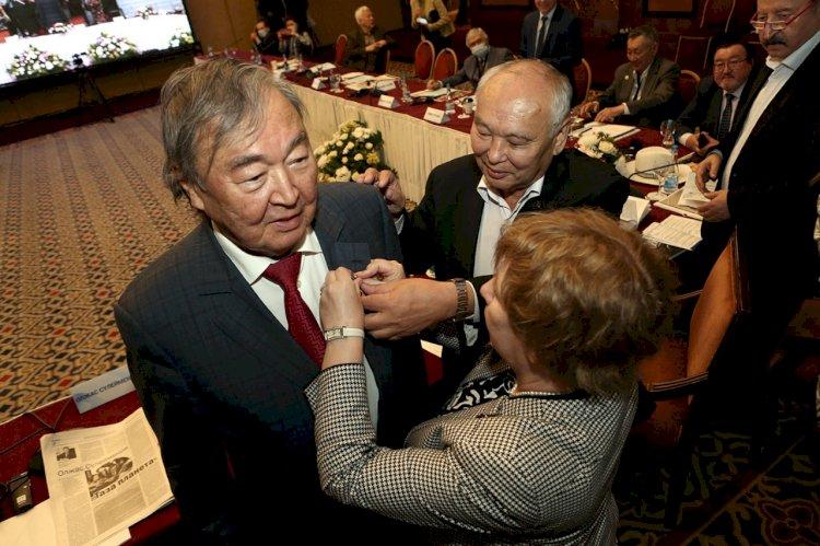 Поэт созидания:  в Алматы Олжаса Сулейменова поздравляли с 85-летним юбилеем