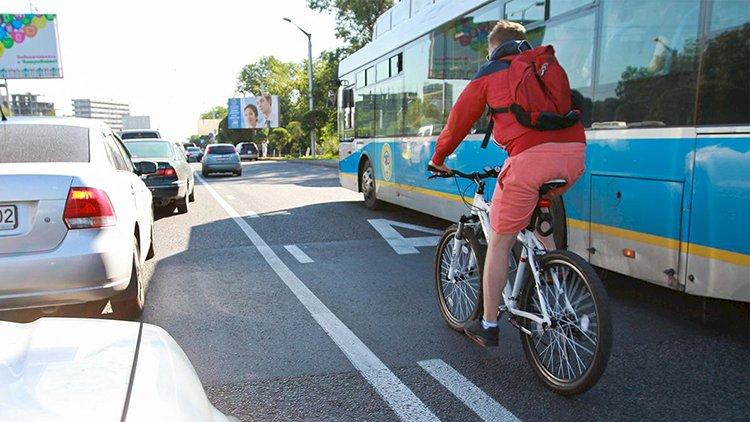 В Казахстане разрешат ездить по «выделенке» другому транспорту