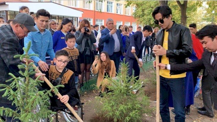 Поклонники Димаша высадили в Алатауском районе более 130 деревьев