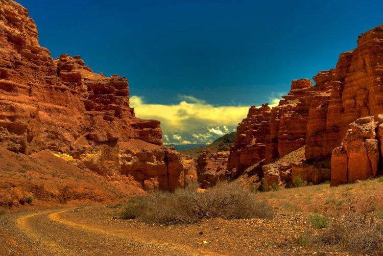 Семеро посетителей Чарынского каньона оказались в селевой ловушке