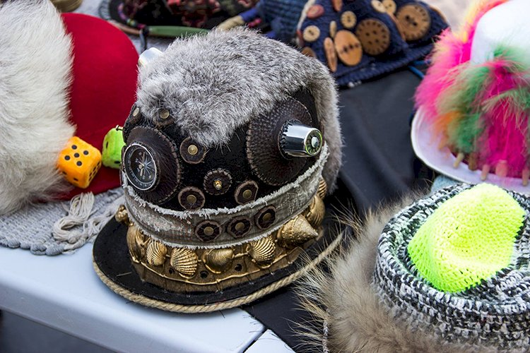 На протяжении 20 лет алматинский шляпник Сева Демидов создает поразительные изделия