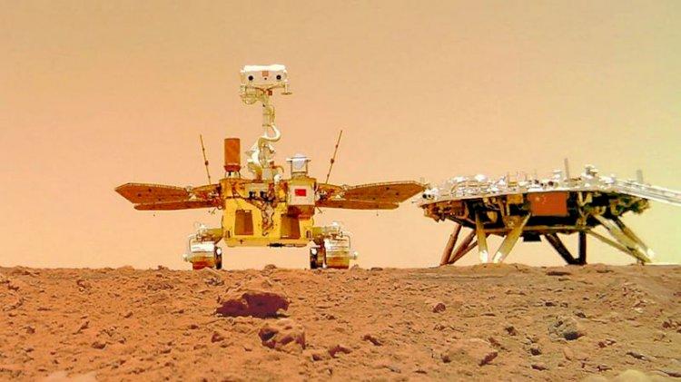 Китайский марсоход «Чжужун» вовсю селфится на Красной планете