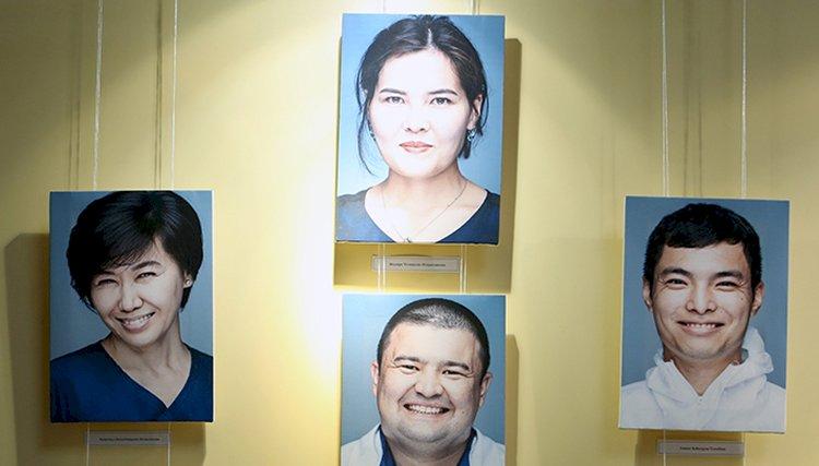 Люди в белых халатах поделись историями на тематической выставке в их честь