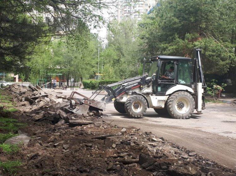 Аким Алматы помог горожанам разрешить проблему обещанного ремонта двора