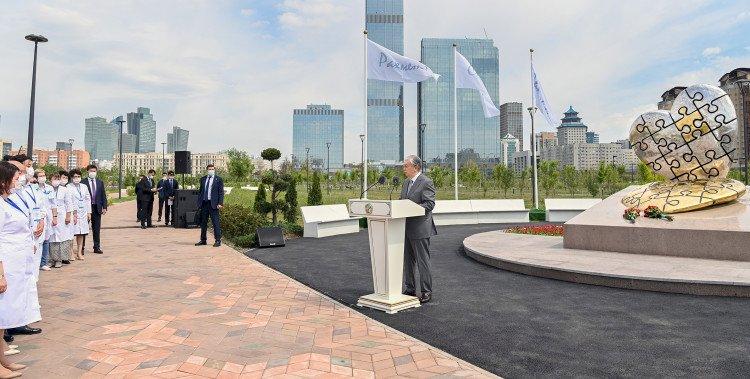 Президент открыл в Нур-Султане мемориал медикам, боровшимся с коронавирусом