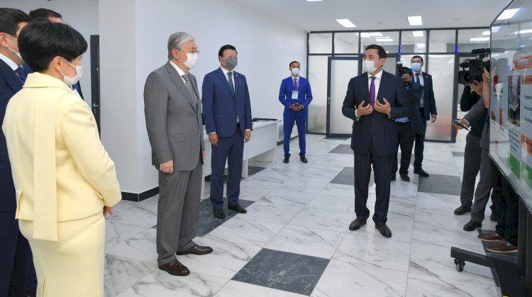Президент подарил поликлинике в Нур-Султане машину скорой помощи