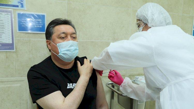 Премьер-министр Казахстана вакцинировался от COVID-19