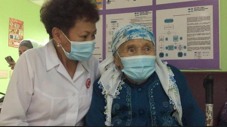 99-летняя бабушка в Алматы получила вакцину от COVID-19
