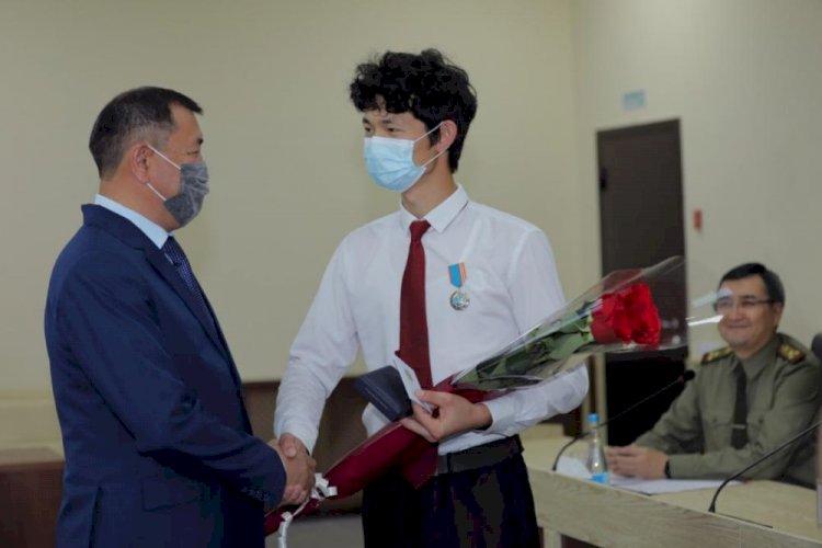 МЧС наградило студента, спасшего людей от удара током в Алматы